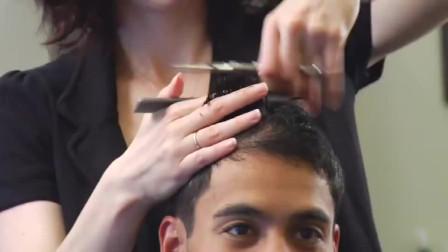 美女发型师帮国字脸男生剪发,信心满满边剪边笑,最后男生笑了