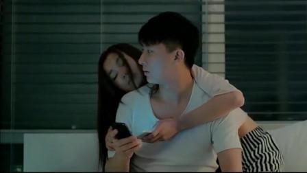 小伙和女朋友正在一起亲热,前女友却突然来电话了,这下咋整
