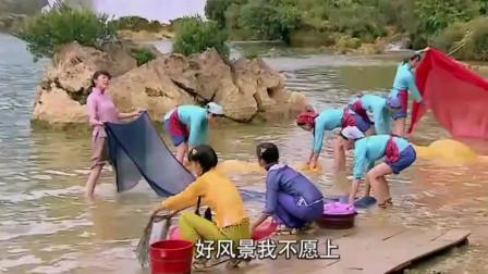 小伙跳崖假装溺水,美女跳水相救,到水里才发现被骗了