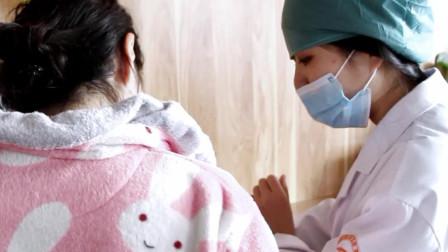 手术前,麻醉师在给患者讲解手术流程及注意事项