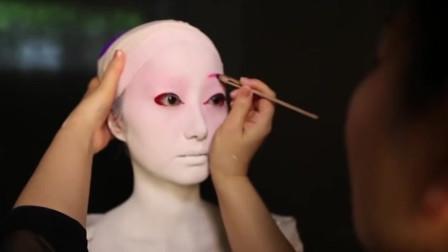 日本艺伎的脸为啥都这么惨白?化妆过程突然公开,原来真用了墙刷子