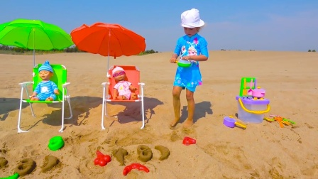 小朋友在沙滩用模具玩沙子,印出冰淇淋和面包