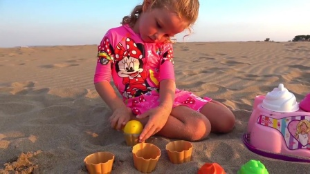 小朋友用沙子制作的纸杯蛋糕变成了漂浮玩具