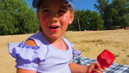 小朋友在沙滩用模具玩沙子,按出冰淇淋面包的形状