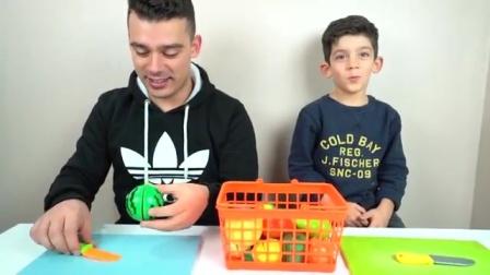 亲子游戏:宝宝和爸爸切水果,有胡萝卜西瓜和甜椒