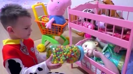 小哥哥用裝滿糖果的奶瓶給吃貨寶寶喂奶