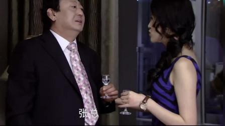 成熟的女子喝多了,领导送她回家,到家后丈夫还不知道咋回事