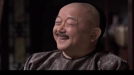 和珅冲了一桌子的茶,刘全看到后撒腿就跑,和二瞪大了眼睛
