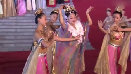 杨贵妃秘史:杨贵妃在皇上寿宴上销魂演绎舞技,一旁的大臣们都看入迷了,太美了