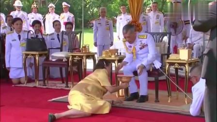 """阅兵:泰国觐见国王的礼仪,""""匍匐""""着说话方便吗?"""