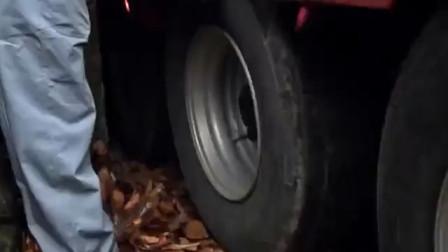 15米长的卡车想要通过两米宽弧形隧道,太考验司机技术了!