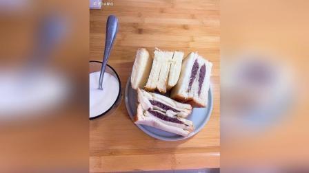 偶然逛超市, 看到了桃李出的紫米面包, 稍微会有点甜