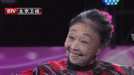 相差32岁的老妻少夫,现场演绎《小芳》,俩人互动太甜蜜了