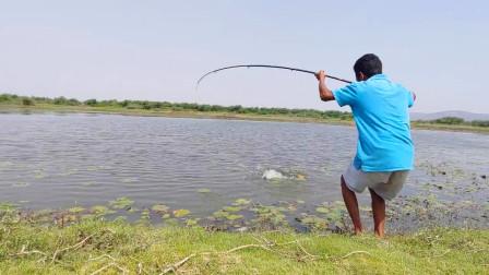 河里大鱼凶猛难钓,小哥连抛几杆,最后一杆大鱼终于上钩了