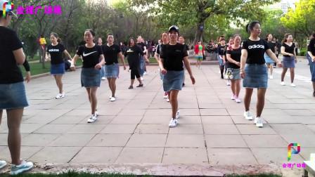 时尚辣妈齐跳广场鬼步舞《我在花丛中等你来》舞步时尚大气,好看好学