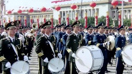 在阅兵盛典前,千人军乐团奏响了欢快的《迎宾曲》
