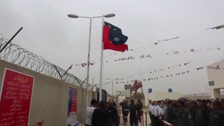 巴基斯坦的升国旗仪式,除了巴基斯坦国旗,还有中国国旗!