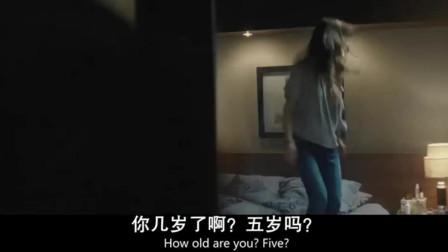 女子躲在密室里看着男友带了新女友回来,出不去的她崩溃了