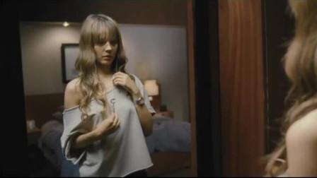 女子对着镜子照,却不知镜子后面有人,吓坏了