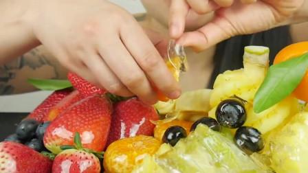 吃播:美女大胃王吃各种冰糖水果,有菠萝草莓和蓝莓