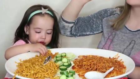 三岁小萌娃尝试吃火鸡面,被辣哭了还要吃,好萌啊