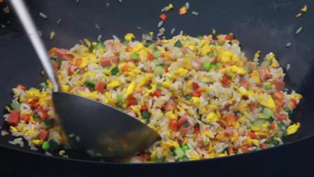 """這才是""""揚州炒飯""""的正宗做法,米飯包裹著蛋香,粒粒分明顏色金黃"""