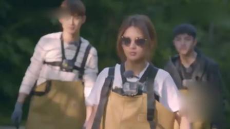 哈哈农夫:杨超越走路是这样,其他人都跟着学,画风好魔性!