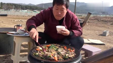 《韩国农村美食》小伙子吃午饭,牛肉和青菜乱炖,一人轻松吃完一锅
