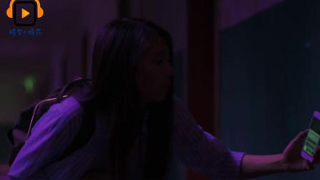 《网络电影》美女到隔壁没人住的宿舍看了一眼床底下之后吓了一跳!