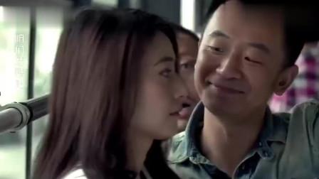 美女在公共汽车上搭讪,丈夫假装不知道,走上前去亲吻,人看上去很困惑。