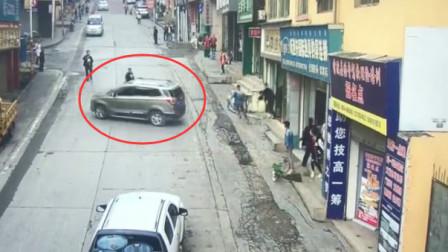 粗心司机手刹没拉到位 汽车溜车连撞两商铺