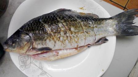 """做""""红烧鱼""""时,怎么给鱼去腥味?饭店大厨教你一招,很实用"""