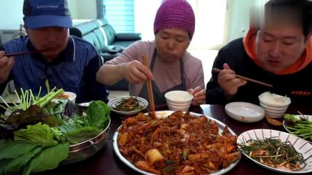 《韩国农村美食》韩国人吃午饭,五花肉乱炖辣白菜,三口人吃得有滋有味