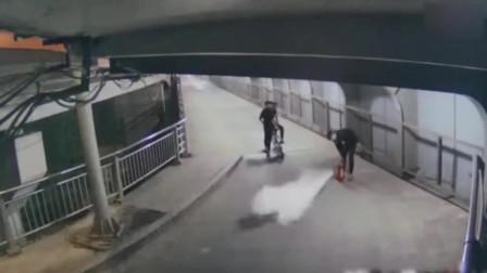 3男子把公用灭火器当玩具喷射 嬉闹玩耍 完后扔入江中