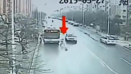 8岁女孩跑步横穿马路 被撞受重伤