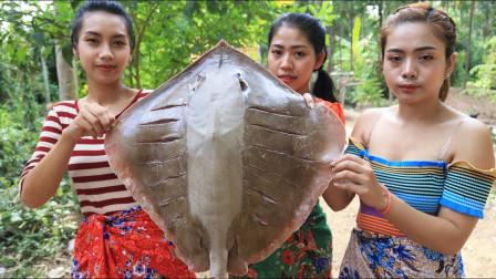 柬埔寨农村巧妇们,拿来的是什么鱼啊?看到这种吃法,我都馋了呢