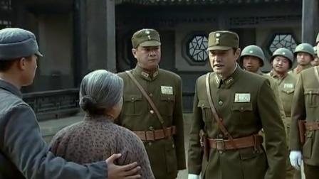 两个儿子一个是国军,一个是八路军,正好两个都想带走娘!