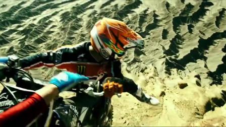 极盗者:两小伙骑摩托飞跃峡谷,不料搭档失败坠崖!