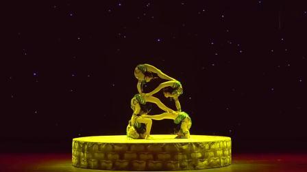 美女表演柔术杂技,画面充满中国风,高难度叠罗汉真是精彩!