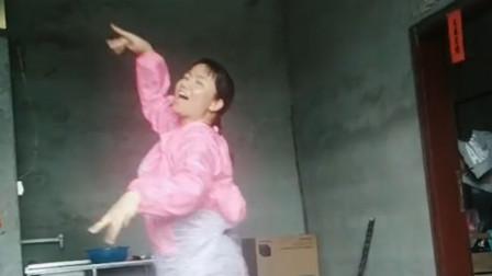 大妈跳一曲《天竺少女》迅速爆红,真是太魔性了,网友:太美了啊