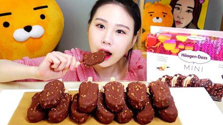 """韩国吃播:一桌子的""""哈根达斯冰淇淋"""",价格很贵,但是也很好吃"""