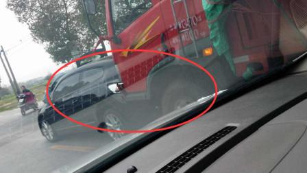 小轎車高速挑釁大貨車,S型變道故意別大貨車,貨車司機怒了,給他個教訓