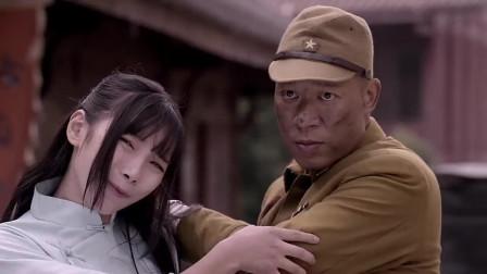 日本鬼子和姑娘比试刀法,姑娘却用一把猪刀把鬼子打败,真厉害