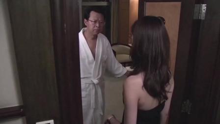 何主任正想关门,就被美女一脚踢开,只好让她进屋