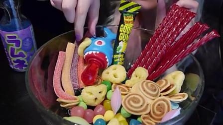 外国吃播美女:吃水果味软糖,一口嚼半天,也不知好不好吃
