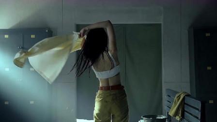 小伙刚进浴室,就看见一个长发美女,结果被美女一顿暴揍踢出浴室