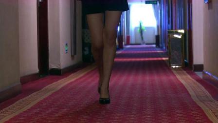 知名女演员穿高跟鞋到酒店门口,导演穿着睡衣开门,这下好戏登场