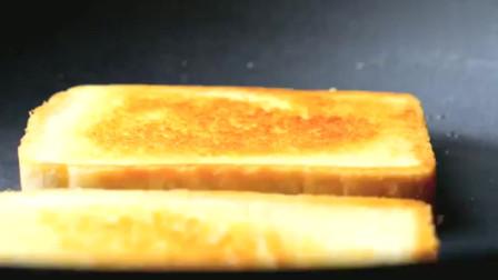 放了好多蔬菜的煎蛋吐司三明治,这声音听着好酥脆啊