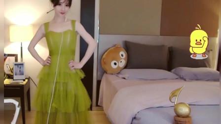 冯提莫穿裙子一不小心差点……赶紧用手捂住: