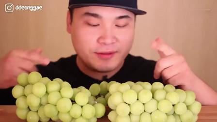 吃播:韩国大胃王豪放派吃播donkey弟弟,超多鲜甜多汁的香印葡萄